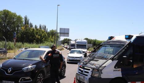Controls i cues - Controls que van efectuar ahir els Mossos d'Esquadra van causar llargues cues de vehicles per accedir a la ciutat de Lleida. Per exemple, a primera hora del matí, els agents estaven a la rotonda prop del Jardiland i les cues ar ...