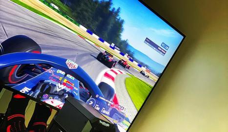 Marc, divertint-se ahir amb el videojoc de F1.