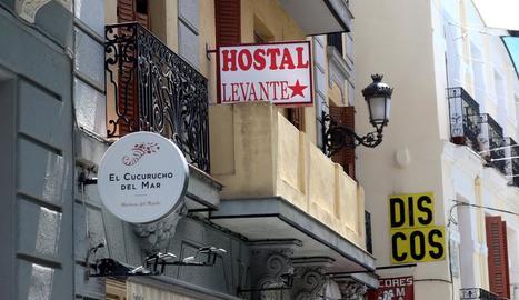 Vista de l'Hostal Levante al carrer Postigo de San Martín del districte Centro de la capital.