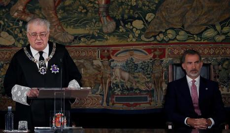 El president del TC, Juan José González Rivas, amb el rei.