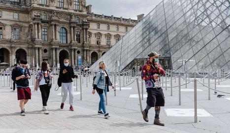 El Louvre va recuperar ahir l'activitat, però amb molts menys visitants del que és habitual.