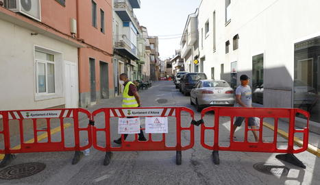 Imatge d'un dels carrers d'Aitona on s'ha restringit la mobilitat.