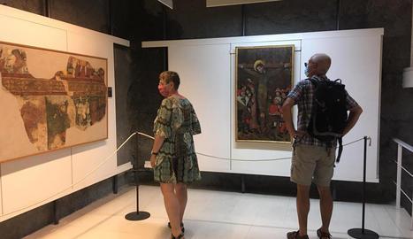 Visitants al Museu Diocesà d'Urgell, a la Seu, que va reobrir després de tres mesos i mig tancat.