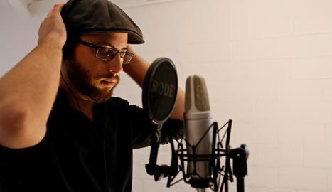 Joan Blau, durant l'enregistrament del seu nou clip de 'Nits d'estiu'.