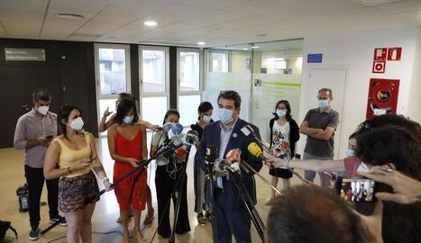 Comella va atendre ahir els mitjans a l'Arnau després de reunir-se amb els responsables de l'hospital.