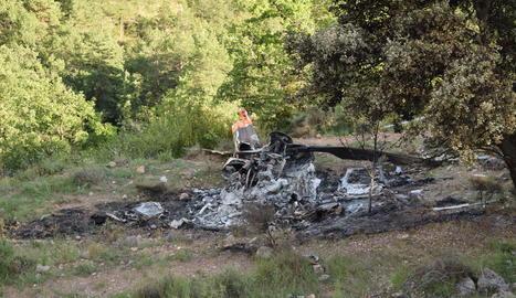 Restes de l'helicòpter, que es va incendiar dilluns després d'impactar contra un prat a la Vansa i Fórnols.