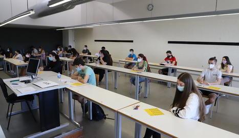 La Universitat de Lleida va utilitzar taules com a separadors entre els alumnes per garantir la distància de seguretat de dos metres.