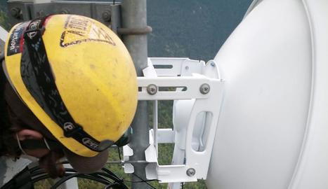 Instal·lació d'una antena d'internet a la Vall de Boí.