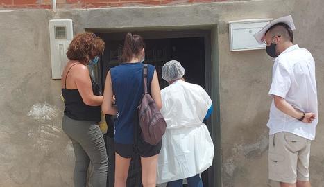 L'alcaldessa de Soses, ahir visitant cases amb els mediadors.
