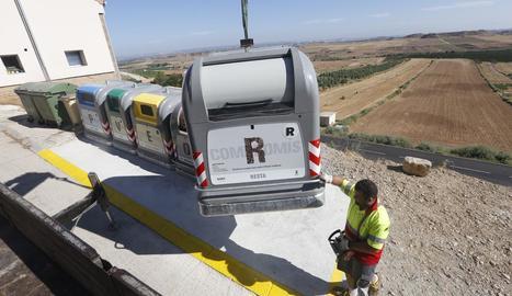 La instal·lació dels nous contenidors a Alfés el 2018.