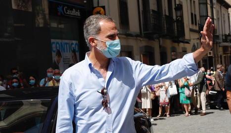 El rei Felip VI, saludant ahir durant una visita al municipi aragonès de Jaca.