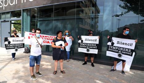 Membres de Fruita amb Justícia Social, davant la seu d'Afrucat.