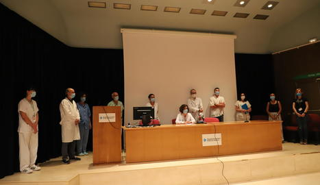 Membres de la Junta Clínica de l'Arnau de Vilanova, ahir durant la lectura del manifest.