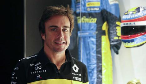 Alonso posa al costat d'una de les seues antigues equipacions.