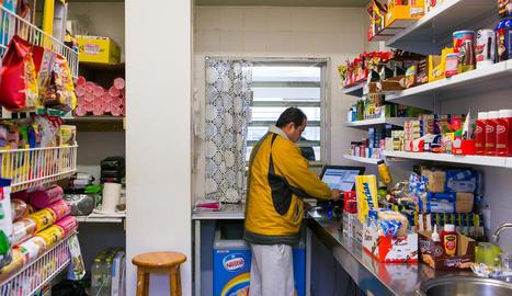 Un intern atenent una venda en un economat de Brians 2.