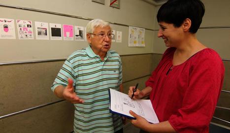 Un pacient oncològic i l'artista Josune Urrutia, que forma part del projecte 'Radiació+' de l'Arnau.