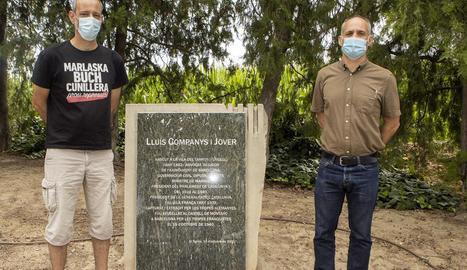 L'alcalde de Tornabous, David Vilaró, i Adam Majó, vora la placa de Lluis Companys al Tarròs.