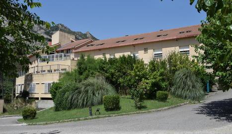 Imatge de l'exterior de la residència d'Oliana, on s'han detectat 26 positius.