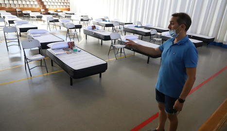 L'alcalde de Torres de Segre, Joan Carles Miró, mostra els 40 llits i sengles kits preparats.