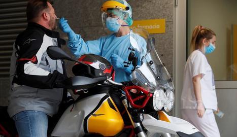 Sanitaris de l'Hospital Públic d'A Mariña a Burela, Lugo, fan proves PCR.
