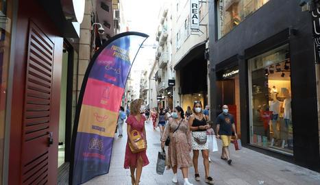 Les banderoles col·locades ahir a l'Eix per informar els ciutadans de les pautes a seguir.