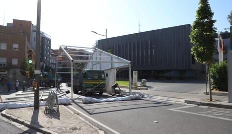 La carpa ha sido instalada esta mañana en la calle Salmerón.