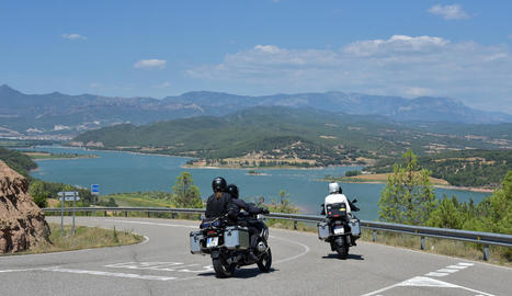 Motoristes passant pel pantà de Rialb.