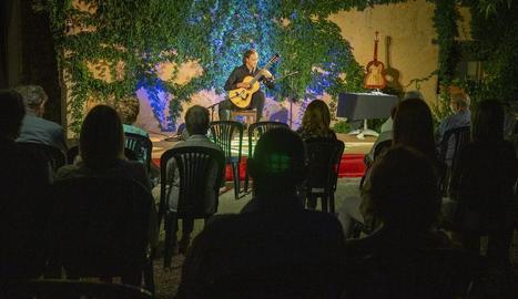 El guitarrista Miquel Hortigüela, divendres a Cal Prim de Verdú.