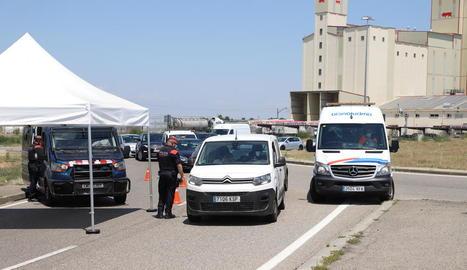 Alguns vehicles parats ahir en un control dels Mossos d'Esquadra a l'Ll-11 als Alamús.