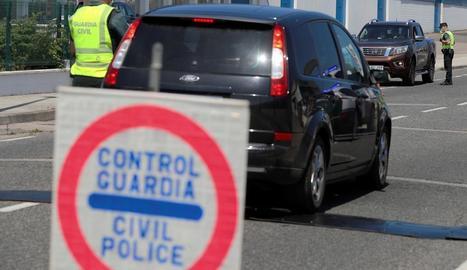 La Guàrdia Civil, ahir fent controls a les entrades de la localitat de Burela, a A Mariña.