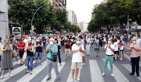 Unes 300 persones es concentren a Lleida en contra de l'enduriment del confinament