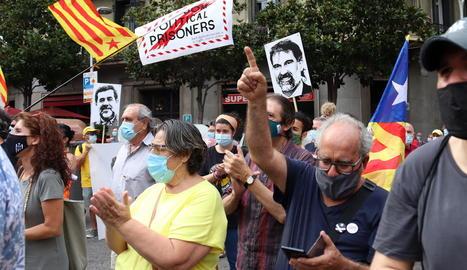 Manifestants ahir a Barcelona en protesta pels mil dies de presó de Jordi Sànchez i Jordi Cuixart.