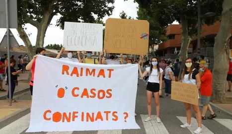 Els manifestants es van concentrar a la cruïlla entre Rovira Roure i Prat de la Riba, al costat de la seu de Salut a Lleida.