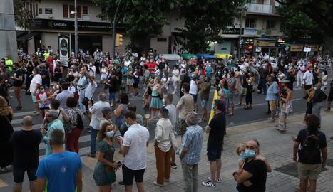 Unes 300 persones es concentren davant de la delegació de Salut amb crits contra Torra i Pueyo    La Cambra i la Federació d'Hostaleria censuren la falta d'ajuts