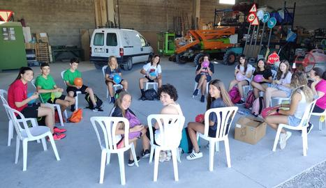 Cada matí, el grup es reuneix al magatzem de l'ajuntament per planificar la jornada, repartir-se les tasques i recollir les eines necessàries.