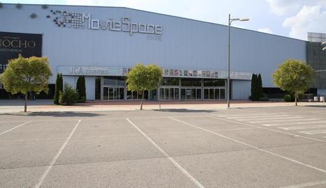 Els cines JCA Alpicat, tancats ahir i amb el pàrquing desert.