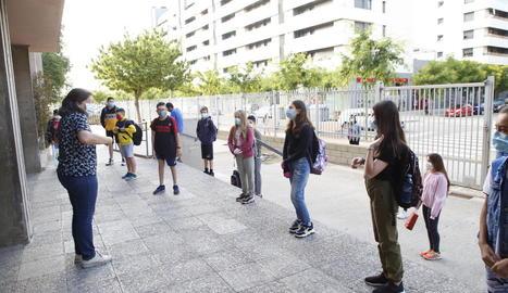 Alumnes a l'entrada d'un col·legi de la capital el mes de juny passat.