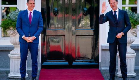 El president Pedro Sánchez amb el seu homòleg neerlandès, Mark Rutte, ahir a la Haia.
