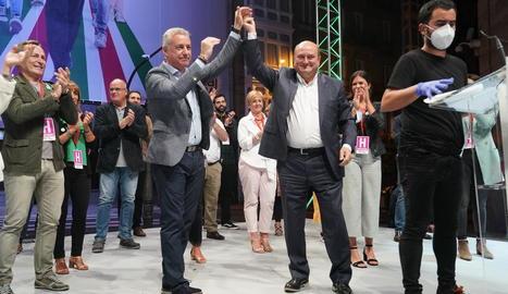 El lehendakari i candidat a la reelecció, Iñigo Urkullu (e), al costat del president del PNB, Andoni Ortuzar, (d) celebren els resultats. A la dreta, el popular Núñez Feijóo.