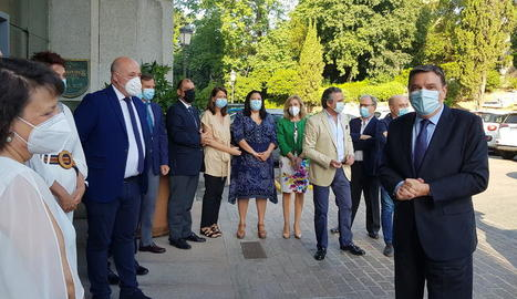 El ministre Planas, a la dreta, a la seua arribada a l'acte de la Ser.