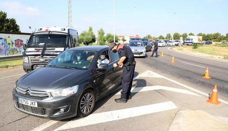 Un agent dels Mossos en un control a Alpicat ahir per evitar desplaçaments sense justificació.