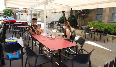 Soses - Una de les places precintades a Soses, que acumula 53 positius des de l'inici de la crisi i un mort (un veí que va perdre la vida en una residència a Barcelona).