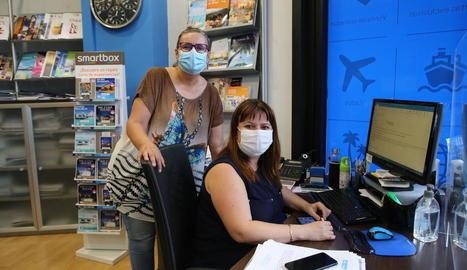 Treballadores de l'agència Viajes Carrefour, ahir a l'oficina.