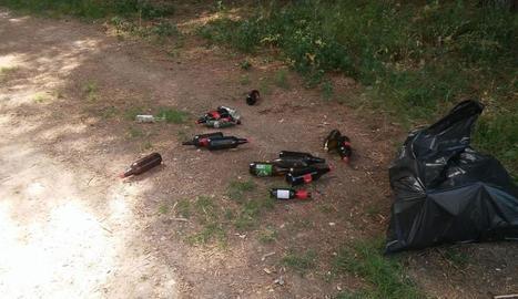 Imatge de botelles tirades per terra a Miralcamp.