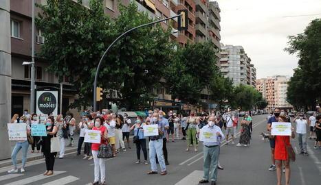 Concentració ahir a la Zona Alta contra l'ordre de confinament de la Generalitat.