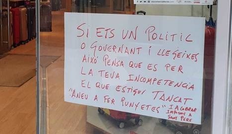 Cartells amb missatges en comerços tancats a l'Eix Comercial de Lleida