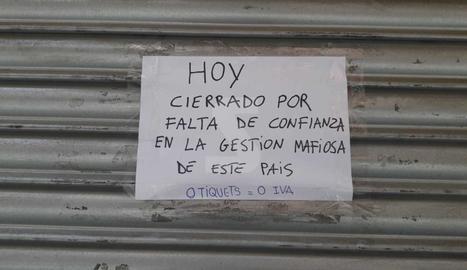 Cartells amb missatges en comerços tancats a la Zona Alta de Lleida