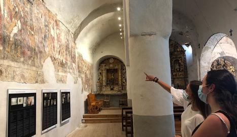Visitants a l'església romànica de Santa Eulària d'Unha, que forma part del Musèu dera Val d'Aran.