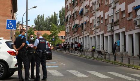 Agents van acordonar el carrer i van prendre declaració als testimonis.