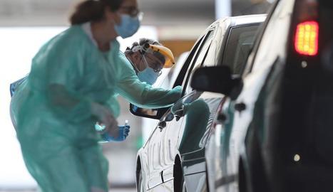 Sanitaris fan tests de detecció de coronavirus a conductors a les portes de l'hospital d'A Mariña.